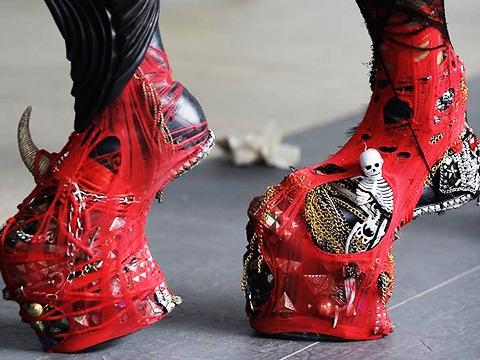 Những đôi giày quái dị của Lady Gaga