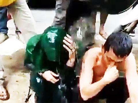 Dội nước cống lên đầu - hình phạt cho những kẻ ngoại tình