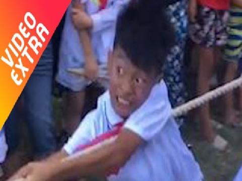 Cậu bé với vẻ mặt 'quyết tử' khi thi đấu kéo co!