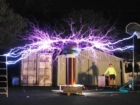 Sức phóng điện kinh người của cuộn dây Tesla cao áp