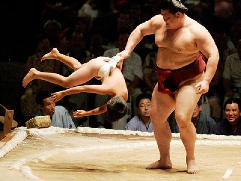 Tua chậm chuyển động cơ thể khi 2 võ sĩ sumo đấu vật
