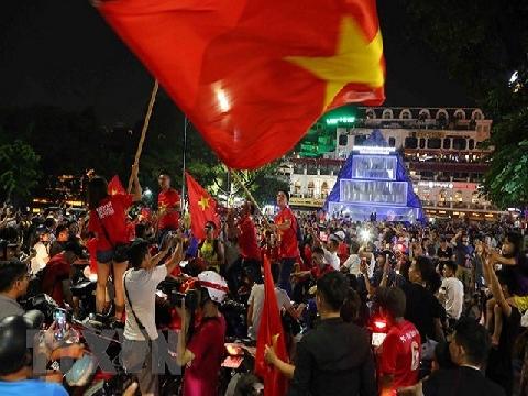 Cả nước đổ ra đường ăn mừng chiến thắng của Olympic Việt Nam!