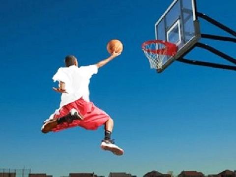 Quay chậm cú úp rổ của vận động viên bóng rổ