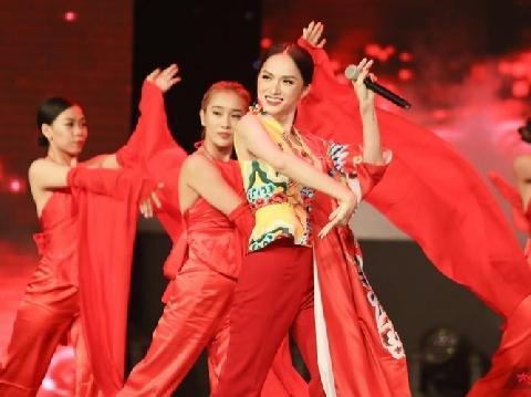 Hương Giang múa siêu dẻo khoe vẻ gợi cảm bỏ bùa khán giả