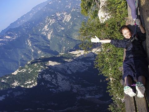 Cảm giác cực mạnh khi đi thang bộ tròn chênh vênh lên đỉnh núi