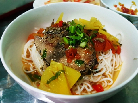 Bạn đã biết làm món bún cá ngừ chua ngọt này chưa?