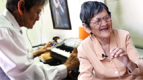 Cụ bà 81 tuổi học đàn để quên cuộc đời 'buồn ba kiếp'