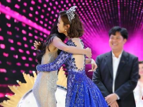 Vì sao Đỗ Mỹ Linh khóc nức nở khi trao vương miện cho Trần Tiểu Vy?