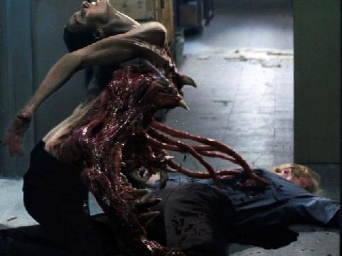 Ghê rợn cảnh 'quái vật xúc tu' chui ra từ cơ thể cô gái