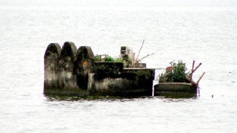 Nghĩa địa cổ dưới đáy Hồ Tây