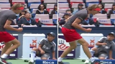 Hoàng tử tennis khiến cậu bé nhặt bóng sợ vỡ mật
