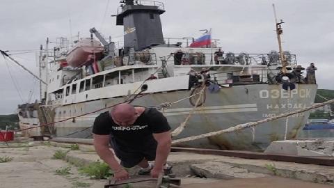 'Siêu lực sĩ' tay không kéo tàu thủy 11 nghìn tấn
