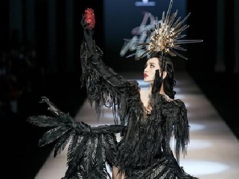 BB Trần sexy cực độ với màn hóa thân thành ''nữ hoàng quạ đen'' đi catwalk