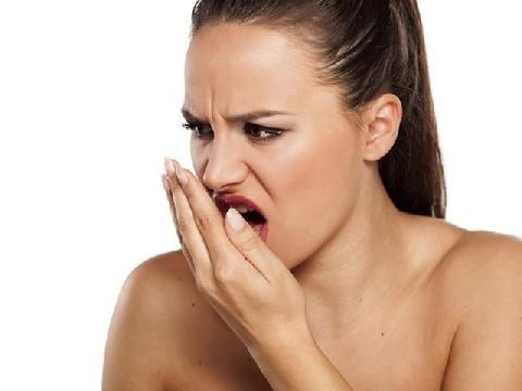 Phải làm gì khi bị hôi miệng và chảy máu chân răng?