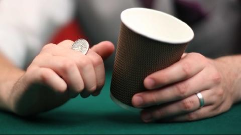 Ảo thuật biến ly cà phê nóng thành ly tiền xu
