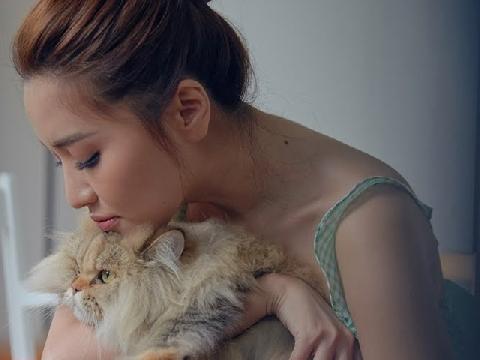 Bích Phương lả lơi lộ nội y ren gợi cảm chết người khi hóa ''nàng mèo''
