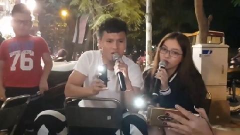 Quang Hải và Bùi Tiến Dũng khoe giọng hay điên đảo trên đường phố Hà Nội