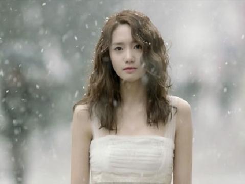 Nữ thần Yoona mong manh nô đùa trong tuyết