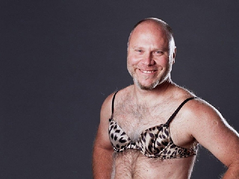 Cánh mày râu thử mang 'bưởi' giả để biết được sức nặng khi có ngực là thế nào!