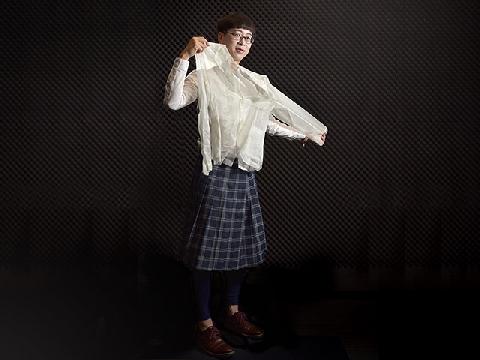 Thầy giáo trang điểm và mặc váy khi lên giảng đường