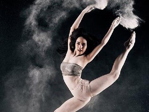Nữ vũ công bay lượn trong lồng như chim