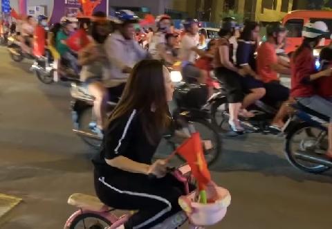 Mỹ Tâm cưỡi siêu xe đi bão mừng Việt Nam vô địch siêu bá đạo