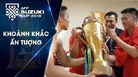 Đội tuyển Việt Nam uống bia bằng Cúp vô địch trong phòng thay đồ