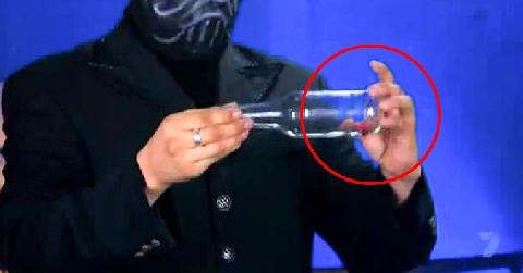 Ảo Thuật để nắp chai xuyên qua chai thủy tinh kín