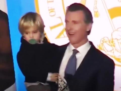 Khi cha phát biểu nhậm chức mà con lại buồn ngủ
