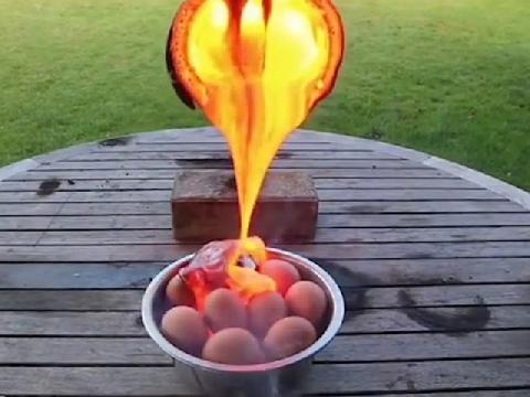 Điều gì sẽ xảy ra khi đổ dung nham nóng chảy vào trứng?