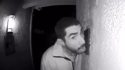 Thanh niên liếm cửa nhà người khác suốt 3 giờ bị cảnh sát bắt