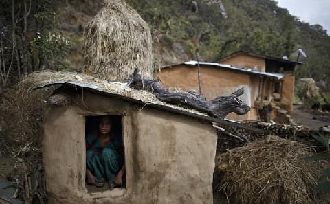 3 mẹ con tử vong vì bị bắt ra khỏi nhà khi đến kỳ kinh nguyệt