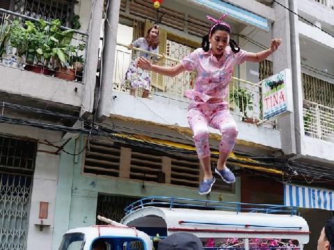 Hoa Hậu Tiểu Vy nhảy lầu, Trường Giang ngã vật khi đưa vợ đi đẻ - Chuyện gì vậy?