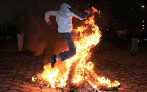 Cận cảnh đất nước đốt hình nhân ăn mừng năm mới