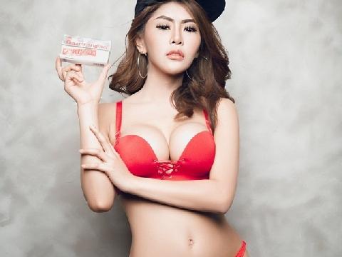Người mẫu Indonesia vô tư khoe vòng 2 bánh mỳ khi diện bikini quảng cáo