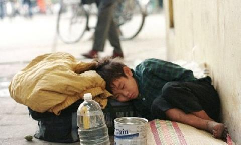 Cậu bé cởi giày và tất tặng cho người bạn vô gia cư gây sốt dân mạng