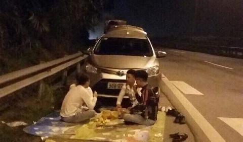 Thêm hai vụ dừng xe ngồi ăn uống trên đường cao tốc