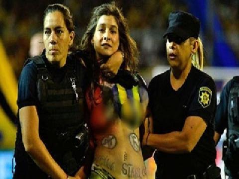 Fan nữ 'thả rông' ngực trần xông vào giữa trận đấu!