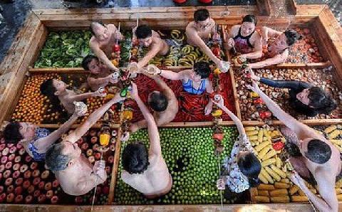 ''Lẩu người'' khổng lồ hút khách ở Trung Quốc