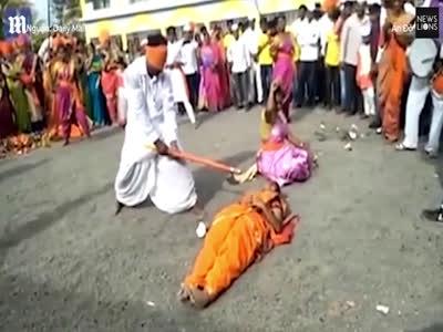 Nghệ nhân nhắm mắt, dùng búa chặt dừa trên bụng cô gái tại Ấn Độ