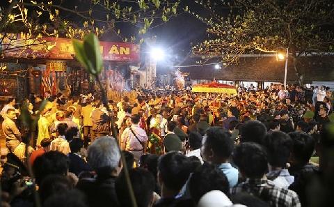 ''Cơn mưa'' tiền đầy phản cảm tại lễ hội Khai ấn đền Trần