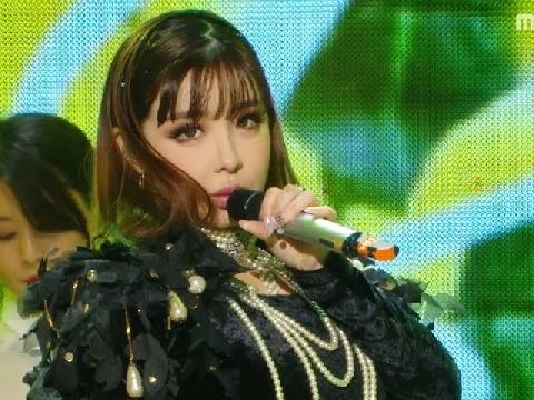 Park Bom xinh không đỡ nổi trên sân khấu khi live hit mới Spring