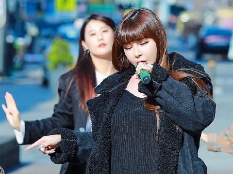 Park Bom xuống phố hát hit mới Spring, mong ngày 2NE1 tái hợp