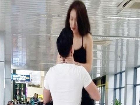 Đôi nam nữ tập gym ở sân bay khiến cư dân mạng phát sốt