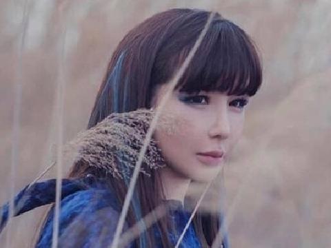 Park Bom đọ giọng với mỹ nhân Mamamoo trong MV lạ 4:44