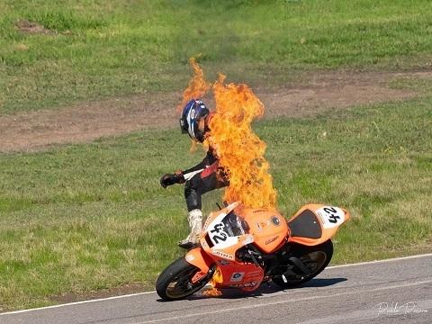 Môtô cháy rừng rực khi tay đua đang ngồi trên xe