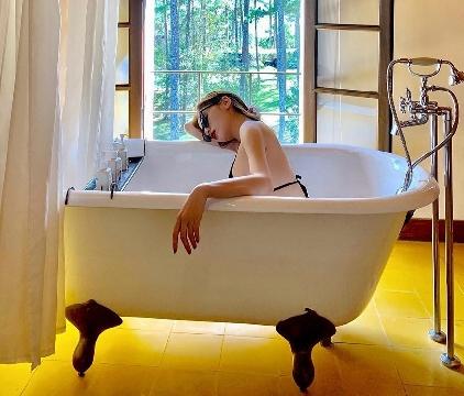 Chụp ảnh với bồn tắm - trào lưu check-in ảo diệu của dàn hot girl Việt