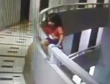 Mộng du rơi từ tầng 11 xuống đất, bé gái 5 tuổi sống sót thần kỳ