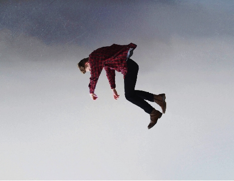 Người đàn ông bị gió thổi bay lên không trung