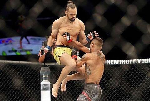 Pha bay người tung đòn gối khiến võ sĩ MMA 'lật mặt'